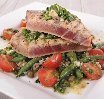 Seared tuna steak with green beans and cherry tomatoes