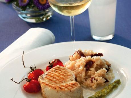 Svärdfisk, tomatrisotto och lök- och citronmix