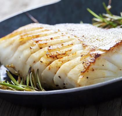 Kabeljau, Dorsch, Meeresfisch, gebraten, gusseiserne Pfanne mit Rosmarin