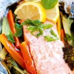 Fiskkillens laxfilé i folie med grönsaksmix