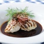 Grillad marulk med rödvinssås och knaperstekt sidfläsk.