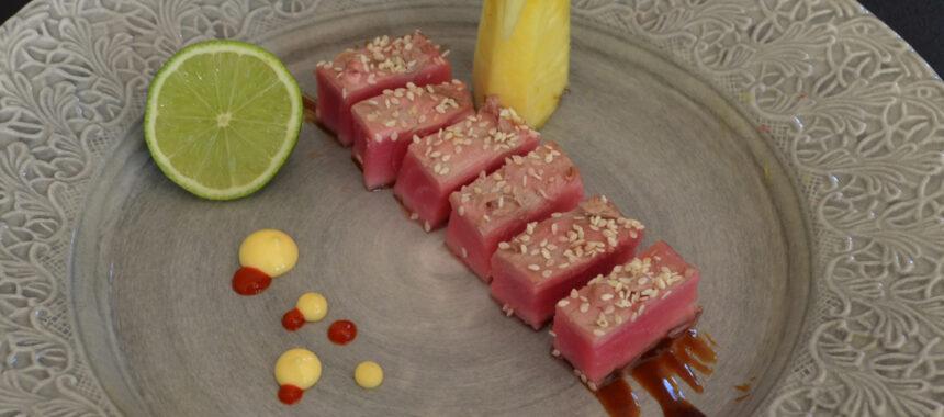 Sashimi tonfisk med sesamfrön, japansk majonäs och sriracha sås