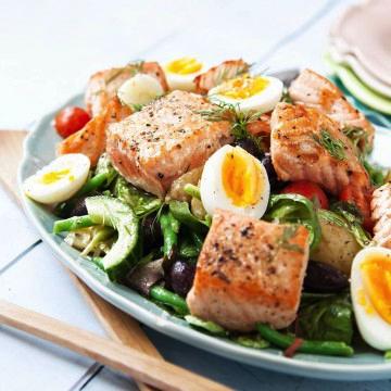 Fiskkillens sallads nicoise med grillad lax