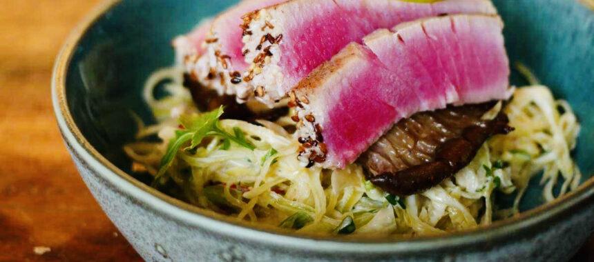 Sashimi tonfisk på fänkåls coleslaw